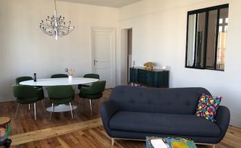 Aménager un salon dans un appartement à Deauville