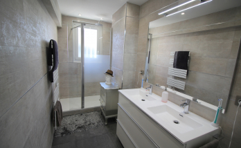 Installation d'une douche dans une salle de bain à Deauville